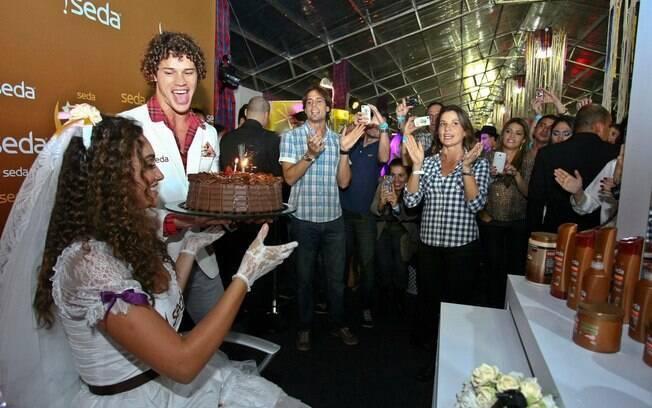 Durante a festa junina, Débora Nascimento ganhou um bolo de aniversário de José Loreto