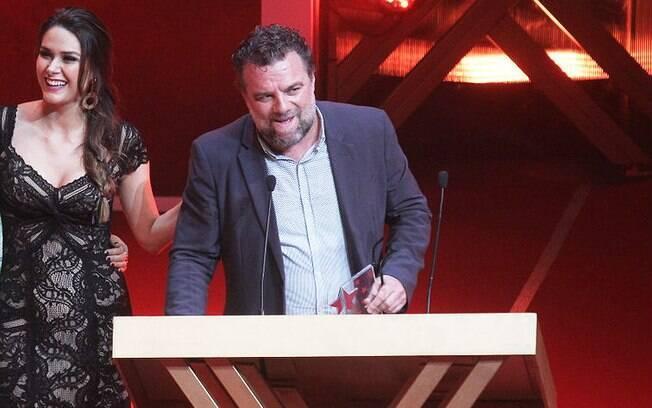Adriano Garib recebe prêmio pelo personagem Russo, de 'Salve Jorge'