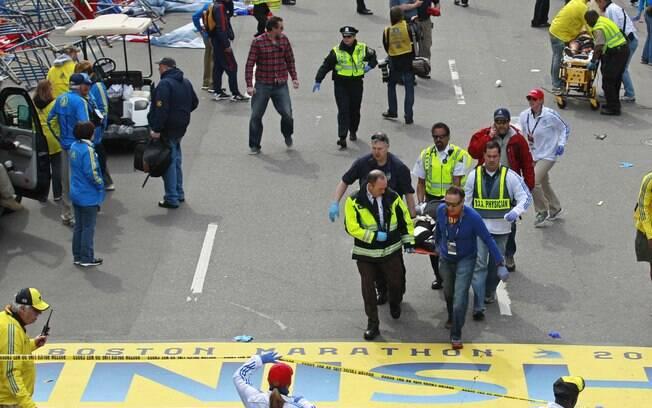 Médicos auxiliam feridos na linha de chegada da maratona de Boston após explosões (15/04). Foto: AP