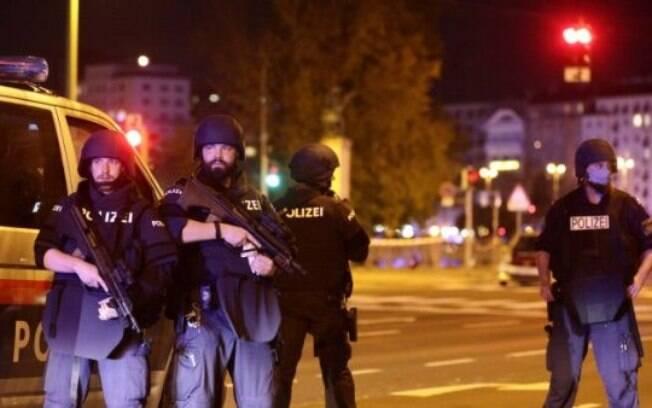 Polícia procura criminosos que agiram em ataques em Viena