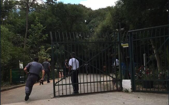 Policiais perseguiam suspeitos armados que correram para dentro do Parque do Ibirapuera cheio por conta do feriado do Dia do Trabalhador, nesta terça-feira, 1º de maio