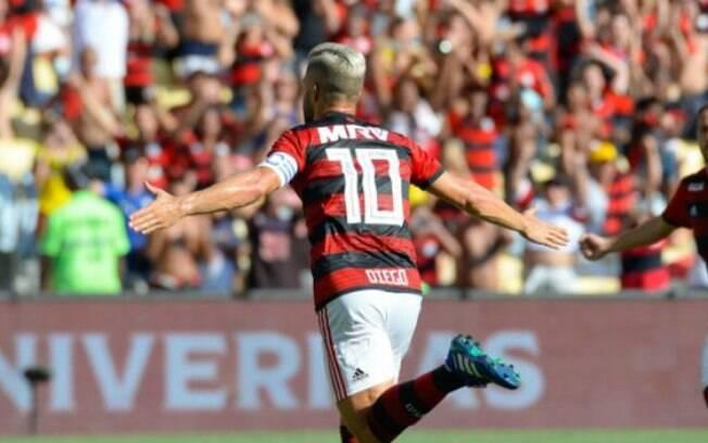 Diego marcou o primeiro gol do Flamengo na estreia da equipe no campeonato estadual