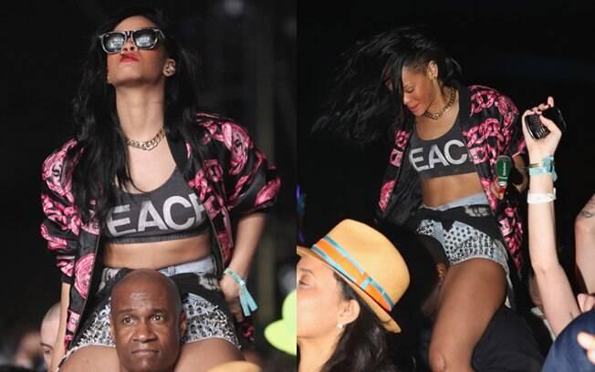A cantora curtiu as apresentações no pescoço de um dos seus seguranças