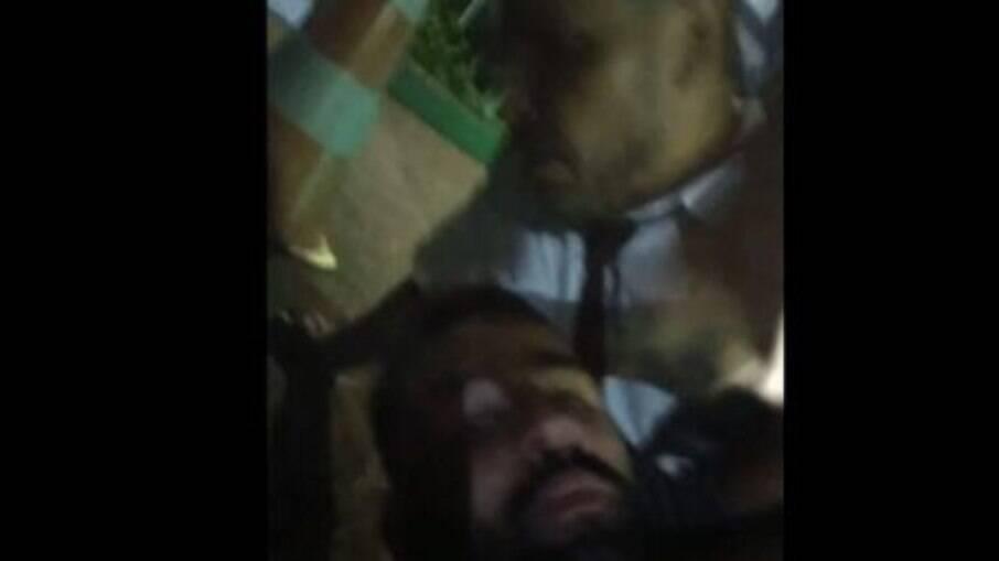 Momento do vídeo feito pelo motoboy no momento da agressão