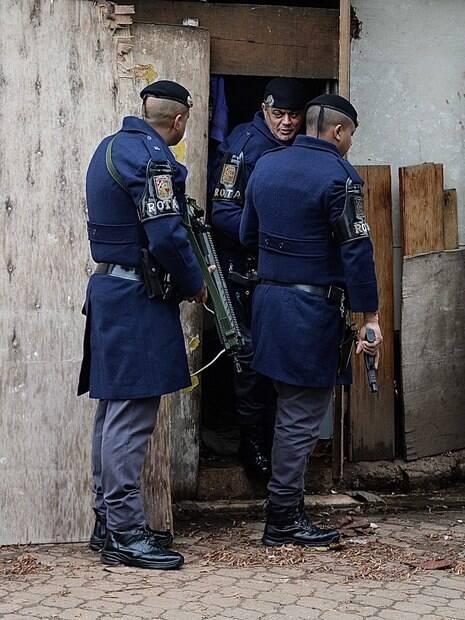 Tenente PM Costa (esq), Comandante de Pelotão, acompanhando seus Policiais numa busca