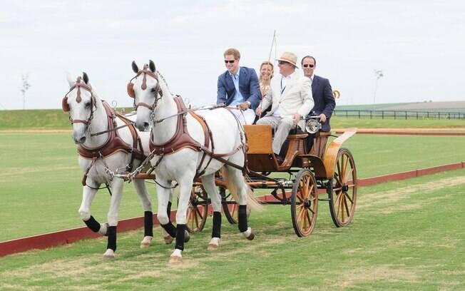 Príncipe Harry chegou conduzindo uma charrete com dois cavalos brancos no Haras Larissa, em Monte Mor, região de Campinas, interior de SP