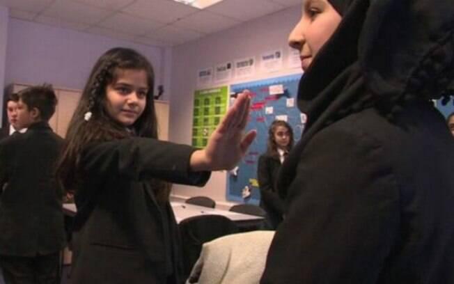 Crianças recebem aulas sobre consentimento sexual em escola no bairro de Hounslow, oeste de Londres