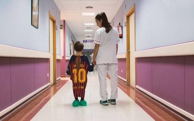 As batas hospitalares foram produzidas a partir de camisas de futebol do Barcelona, Real Madrid e Atlético de Madrid
