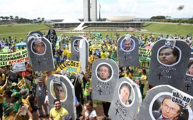 Em Brasília, manifestantes fizeram enterro simbólico da