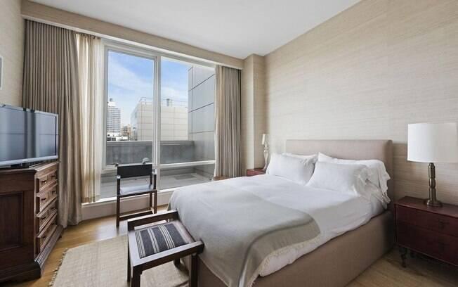 A cobertura tem três quartos, três banheiros, um lavabo e um terraço que dá a volta no apartamento