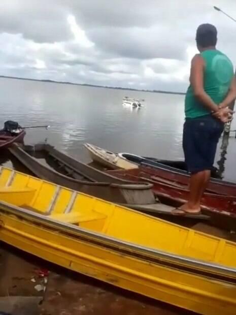 moradores empurram carro no rio xingu