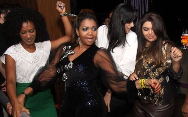 Gaby Amarantos e Marina Elali dançaram muito ao lado da aniversariante