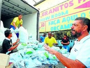 Doação. Empresário Afonso Teixeira (de blusa branca) distribui peixes no Bonfim há 23 anos