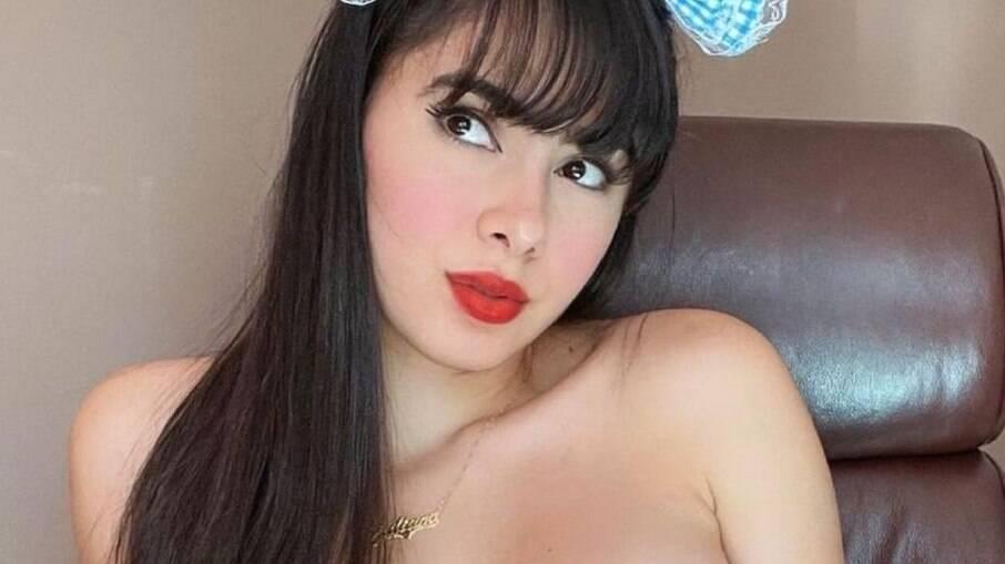 Juliana Caetano tem nude vazado, enfia pirulito na boca, chupa até o talo e parte íntima choca