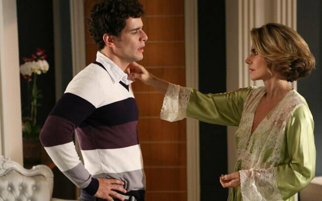 Agnelo (Daniel de Oliveira) com Stella (Maitê Proença) em