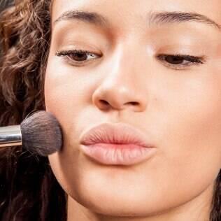O blush tem o poder de levantar ou derrubar um look. Saiba como
