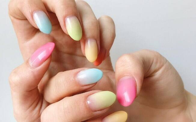 Escolha cores diferentes para ousar com as unhas amendoadas e deixe o look divertido