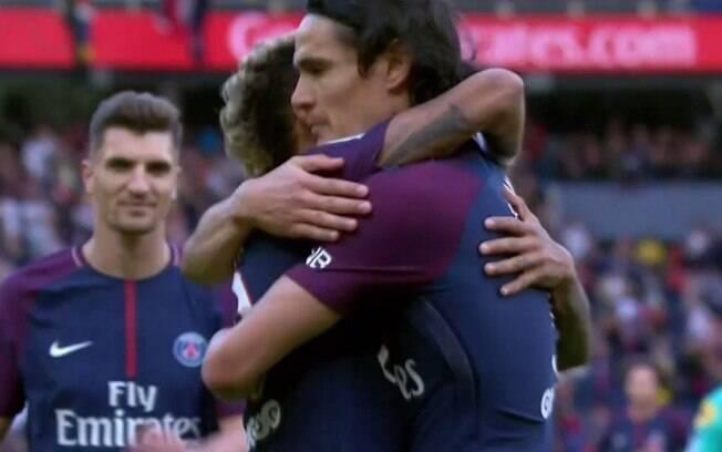 Neymar ganha abraço de Cavani depois de converter pênalti para o PSG
