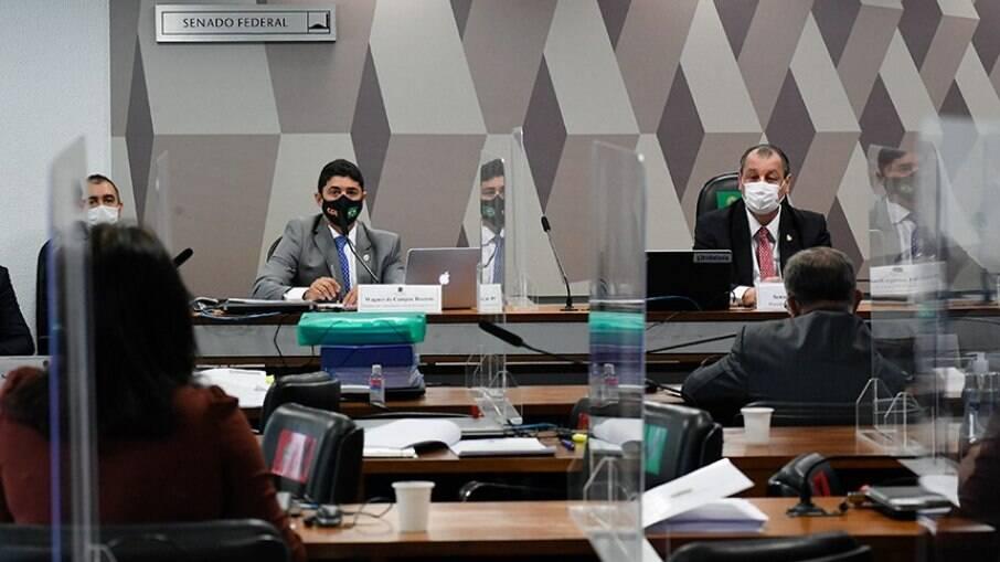 Rosário e Aziz durante sessão da CPI