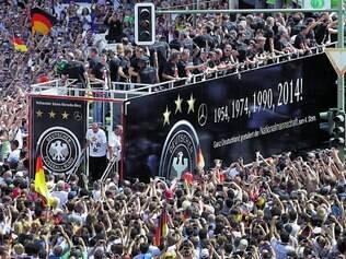 """Carnaval alemão. Jogadores da seleção tetracampeã desfilam em """"trio elétrico"""" em meio à multidão nas ruas de Berlim"""