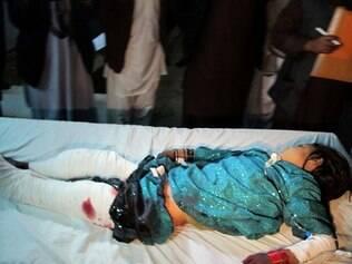 Uma criança afegã ferida chega a hospital na província de Helmand na manhã do dia 1º de janeiro