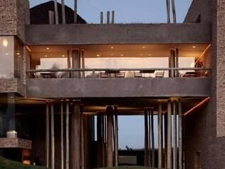 Troncos sustentam prédio principal do Kenoa