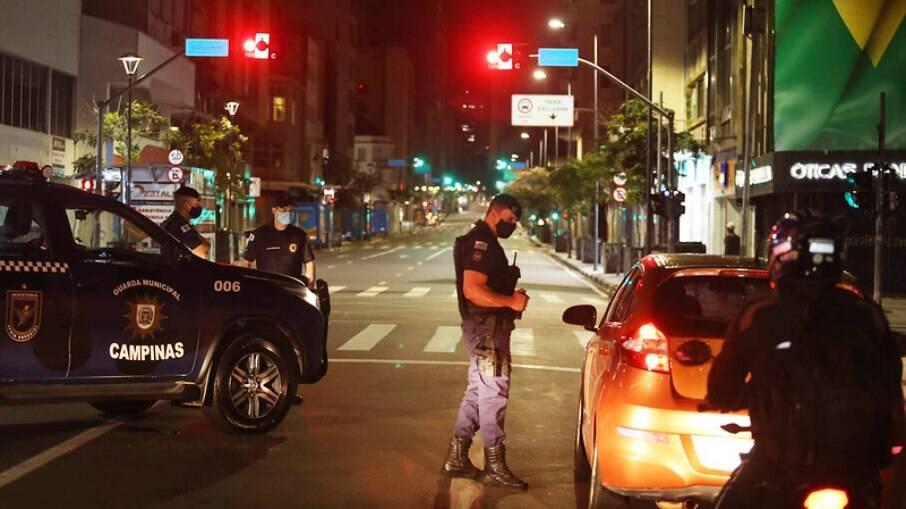 Guarda aborda motoristas durante toque de recolher.