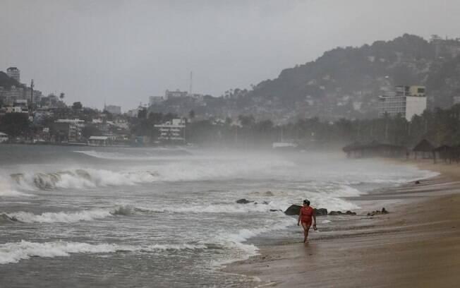 A tempestade também deve produzir ondas que podem causar fortes correntes