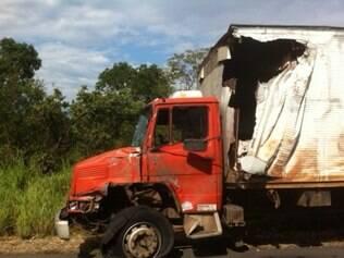 Lateral de caminhão ficou completamente destruída após acidente