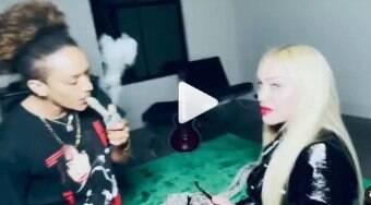Madonna fuma bong, fica animada, beija namorado e lambe o chão