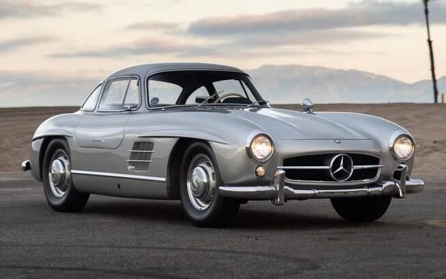 O Mercedes-Benz 300SL já foi branco, mas um dono optou por pintá-lo de prata em meados de 1990