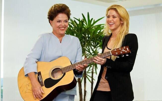 Em 2011, presidente Dilma Rousseff recebe de presente da cantora Shakira um violão autografado (17/03/2011)