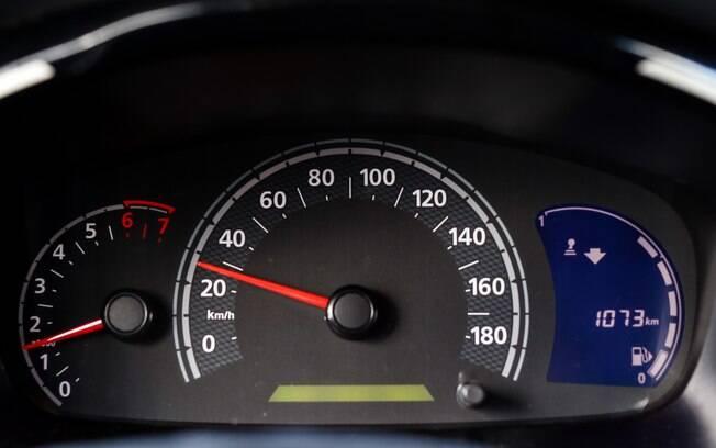 O Renault Kwid traz  dicas para economizar combustível no cluster. Repare na indicação de marcha à esquerda