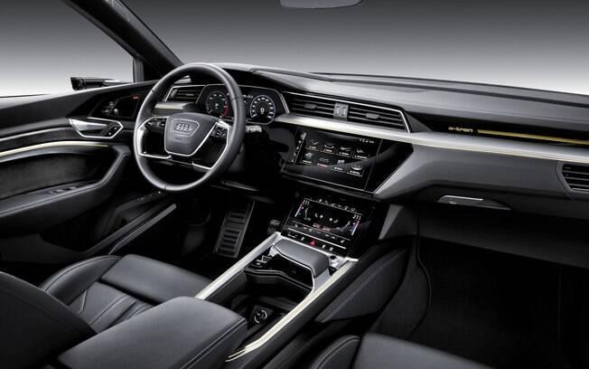 Interior concentra duas telas responsáveis por comandar desde funções de conectividade até os conjuntos mecânicos