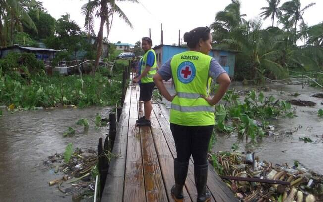 Equipe de resgate observa destruição deixada pelo ciclone, o mais intenso já registrado no Hemisfério Sul. Foto: Fiji Red Cross/Divulgação - 21.02.2016