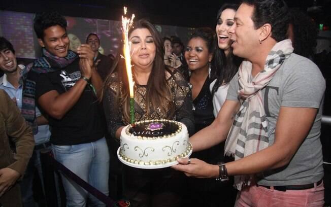 Fabiana Karla comemorou os 38 anos ao lado de amigos e famosos
