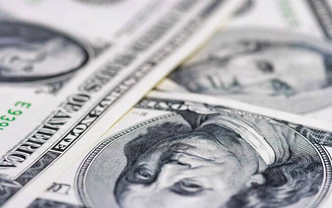 Dólar começa a semana em queda