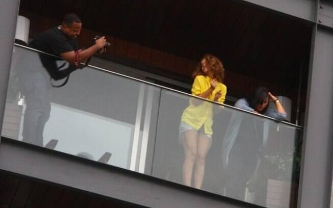 Emocionada, Rihanna dança para o público