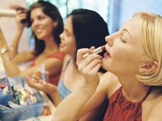 Se maquiar com as amigas é uma delícia, mas compartilhar os produtos é um dos 30 hábitos que você deve abandonar