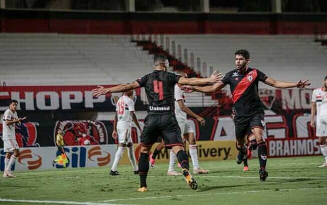 Atlético Goianiense faz grande partida, pressiona a saída de bola do São Paulo e vence jogo por 2 a 0
