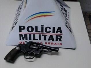 Com a dupla, polícia localizou uma arma calibre 32 e munições