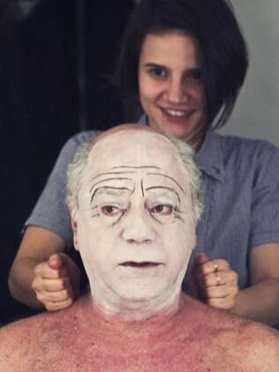 Tonico Prereira receb massagem da colega de elenco Bianca Comparato