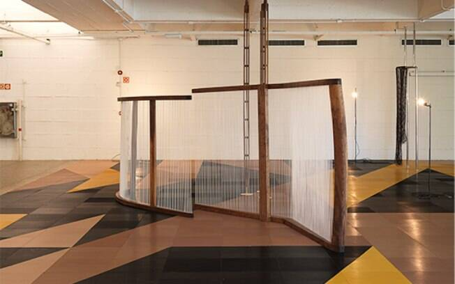 As obras de Leonor Antunes tem uma dedicação ainda mais especial aos materiais que são usados, que são geralmente orgânicos ou naturais.