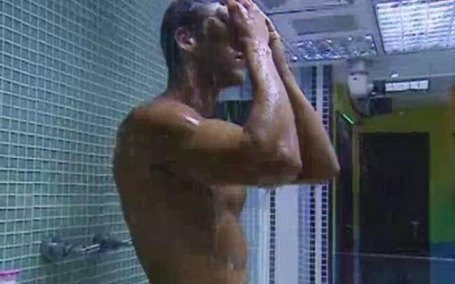 Jonas toma banho sozinho na noite desta quinta-feira (23)