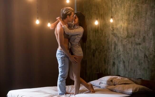 Escolher posições amorosas também é necessário para quem quer preparar o quarto para noite romântica a dois