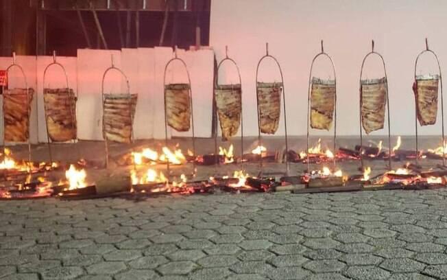 carne assando do lado de fora da churrascaria