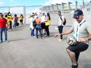 Argelino Mohamed Buuchakour mostra intimidade com a Brazuca do lado de fora do Mineirão antes do treino