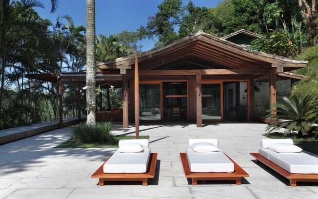 A casa do carioca Paulo Jacobsen, em São Conrado, foi construída por ele há mais de 28 anos. O teto feito de bambus dá um ar tropical ao imóvel