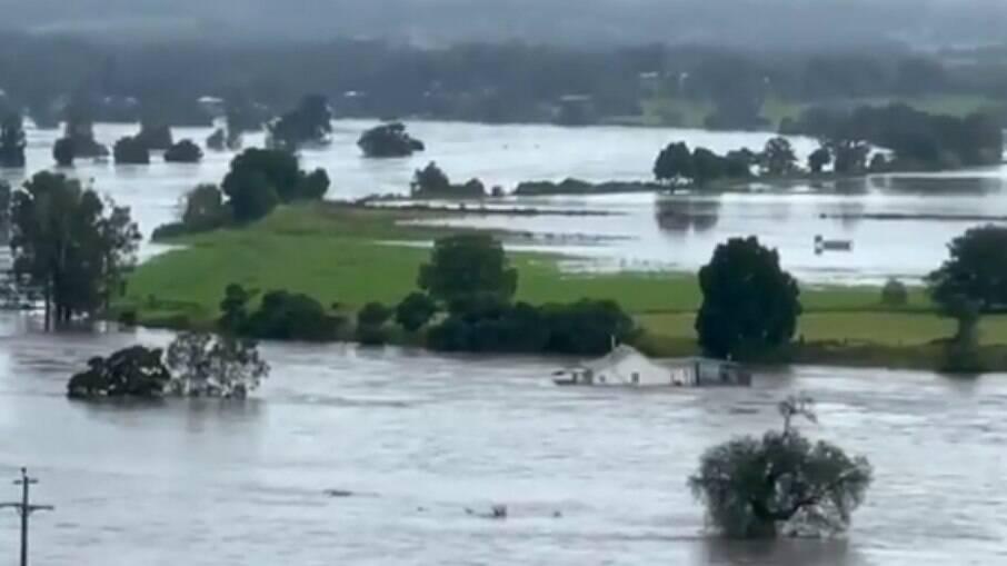 Enchentes na Austrália forçam milhares a abandonar suas casas