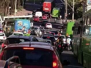 Colisão entre ônibus da linha circular e carro de passeio fechou pista de retorno na avenida João Pinheiro.